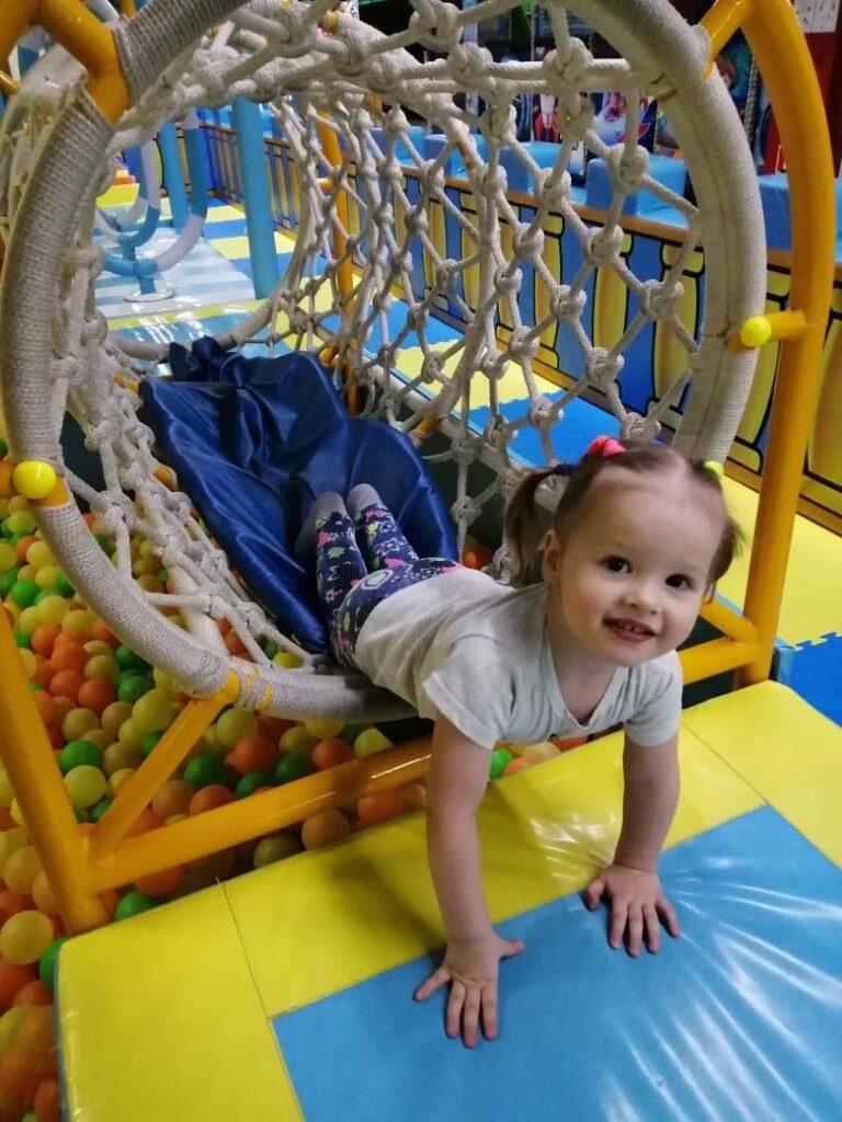 ребёнок в игровом комплексе