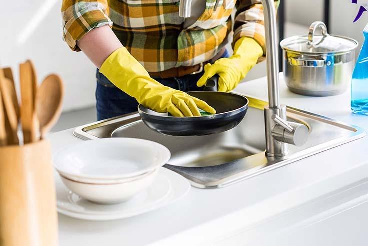 моет чугунную сковородку