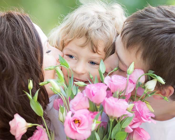 ребёнок цветы и родители
