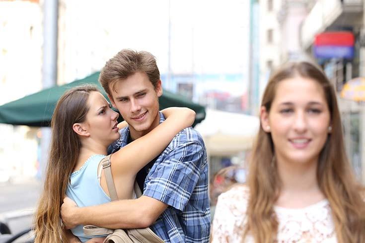 парень смотрит на другую девушку