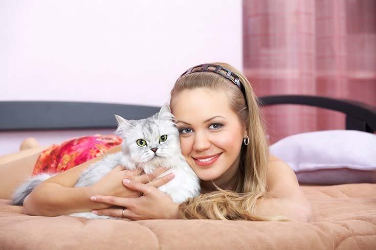 девушка с кошкой на кровати