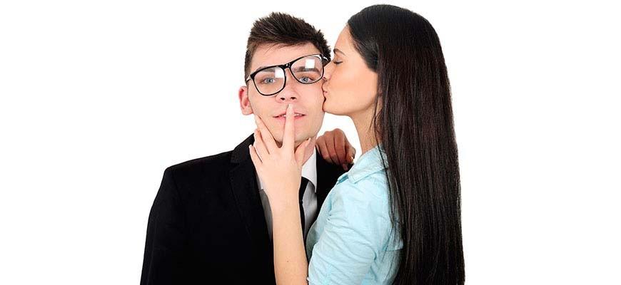 женщина прикрывает рот мужчине