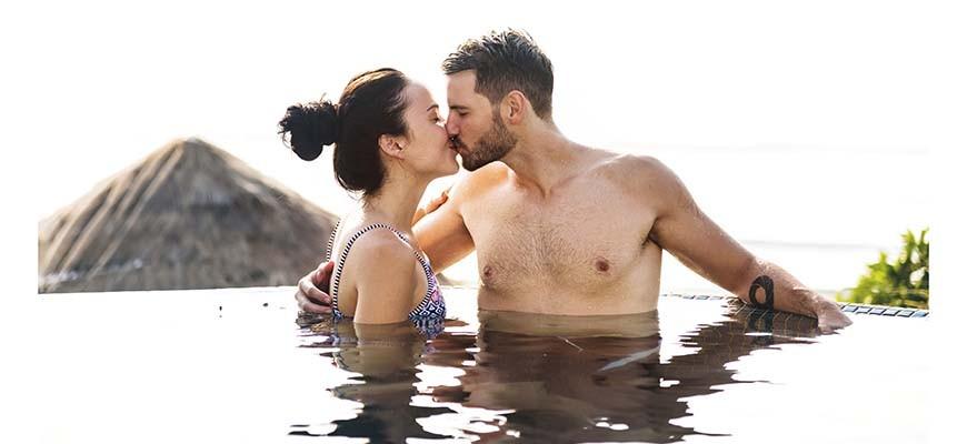 парень с девушкой в море