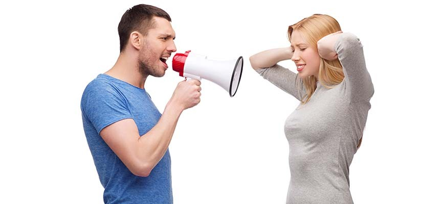 муж ругается на жену