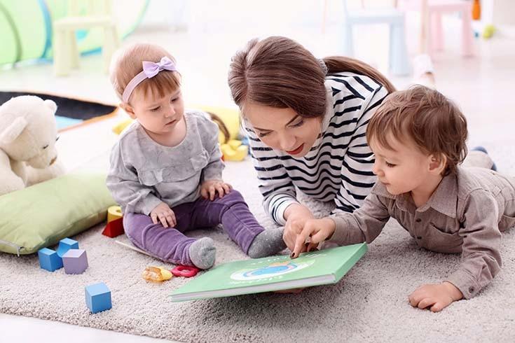 девушка играет с детьми