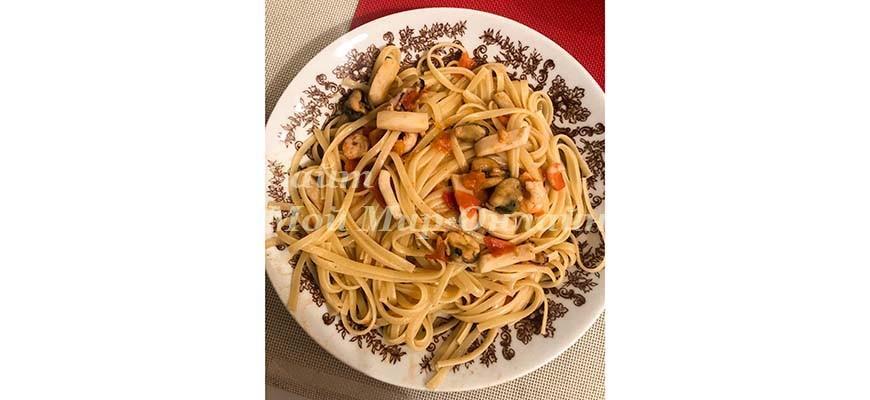 макароны с пастой из морепродуктов