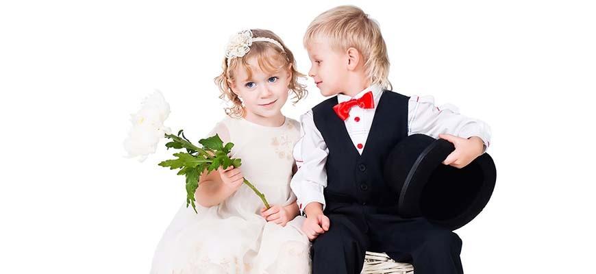 мальчик девочка и цветок