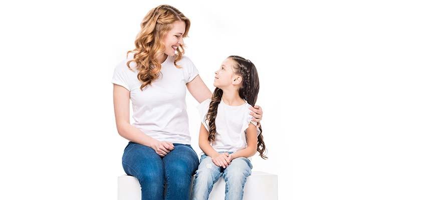 мама с девочкой улыбаются