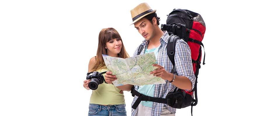мужчина и женщина собираются в поход