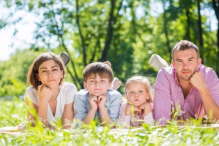 семья лежит на траве
