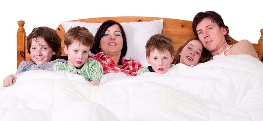 Почему ребёнок спит с родителями