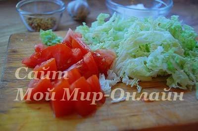 нарезаные помидоры и пекинская капуста