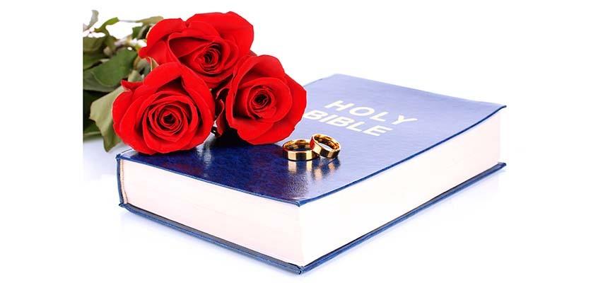 библия розы и обручальные кольца