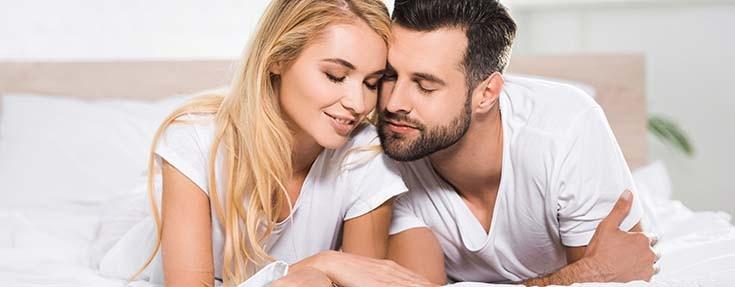 девушка и парень отдыхают на кровати