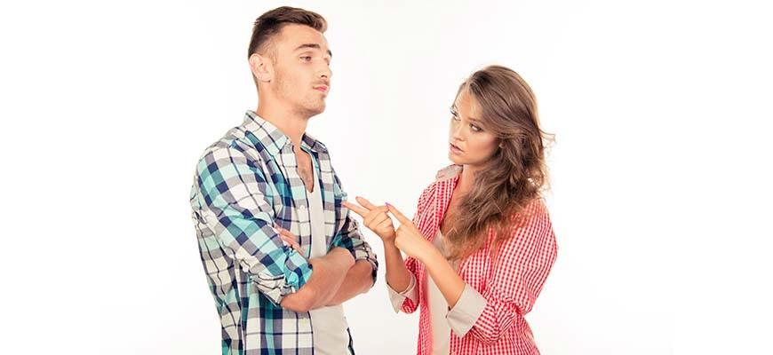 парень с девушкой спорят
