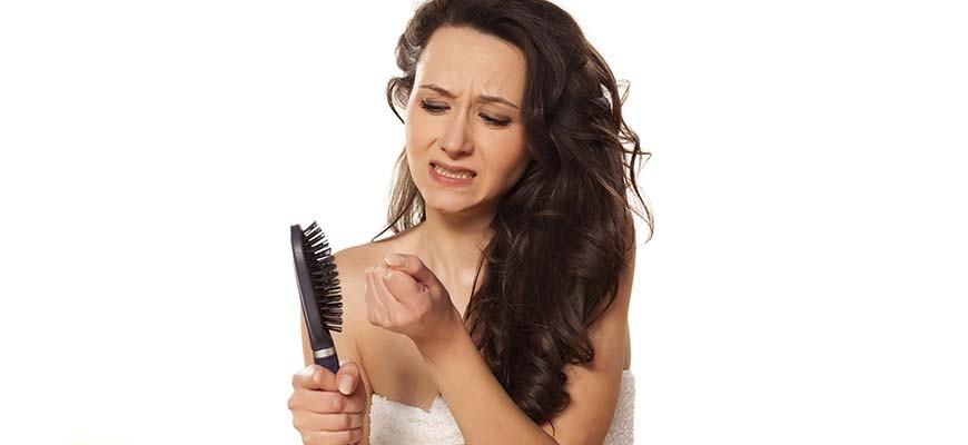 женщина с расчёсывает волосы
