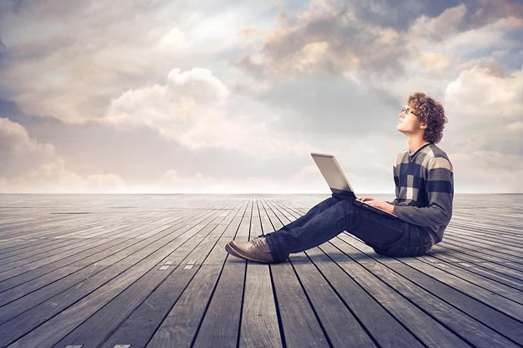 парень с ноутбуком смотрит на небо