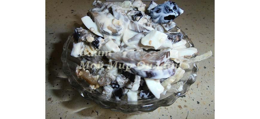 Салат с баклажанами, маринованным луком и яйцом