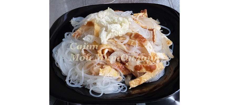Салат из фунчозы с яичными блинчиками и пассерованным луком